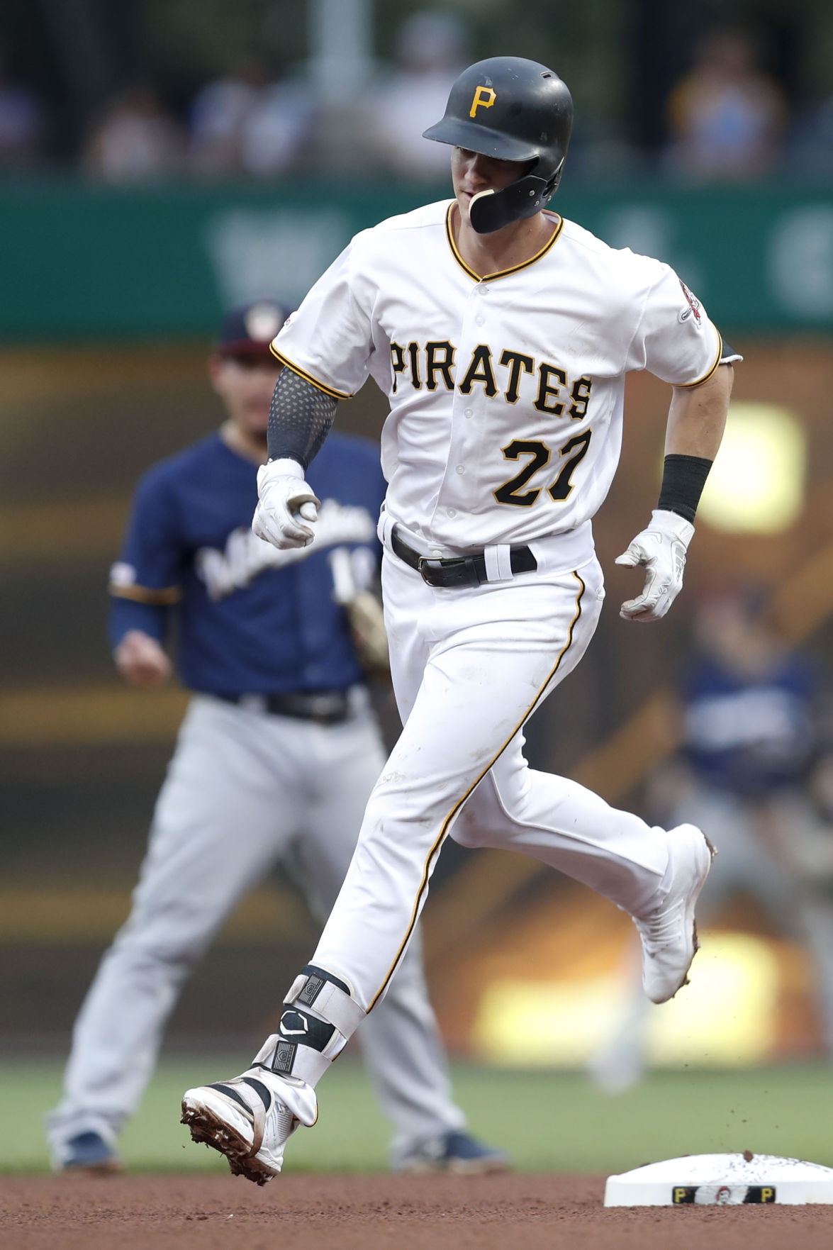 Pirates' offense stays hot in 12-2 drubbing of Milwaukee